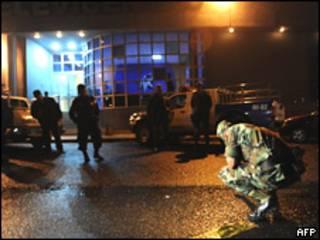Soldados revisan la estación HRN de Honduras luego de un atentado con granada
