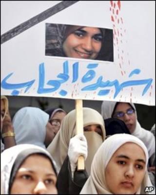 Manifestação no Egito em que Marwa Sherbini foi aclamada como mártir