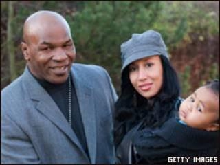 Майк Тайсон с женой и дочерью