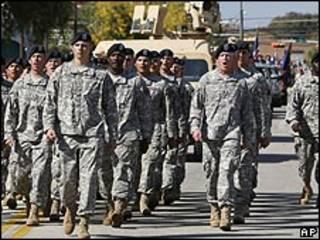 Militares estadounidenses marchando