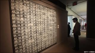 Посетитель аукциона рассматривает полотно Уорхолла
