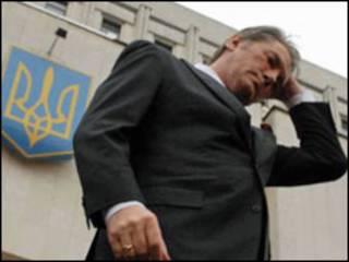 Ющенко біля ЦВК у день подачі документів на реєстрацію кандидатом