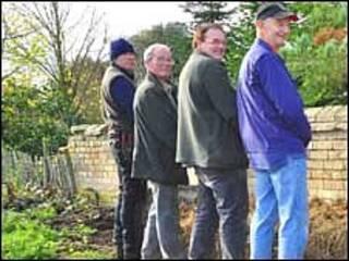 Jardineiros ajudam no sistema de compostagem de propriedade histórica