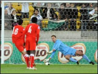 اللاعب البحريني سيد عدنان يضيع ضربة جزاء