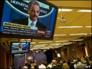 Televisor transmite anuncio del Fiscal General de EE.UU., Eric Holder