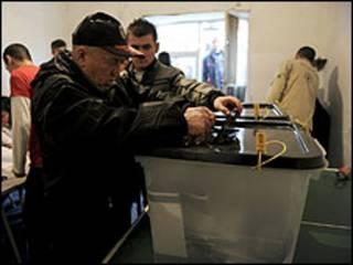 ناخب صربي يدلي بصوته في كوسوفو