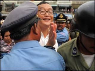 Ông Sam Rainsy bị chặn đường tại một cuộc biểu tình tại Phnom Penh