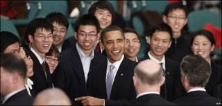 Presidente de EE.UU., Barack Obama, con asistentes al Museo de Ciencia y Tecnología de Shangai