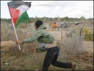 Palestino atira pedras contra forças de segurança israelenses na Cisjordânia