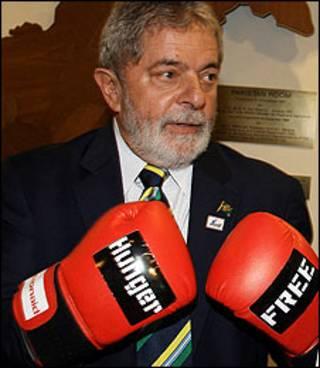 Presidente Lula recebe, em Roma, luvas que simbolizam combate à fome (Foto: Ricardo Stuckert/PR)
