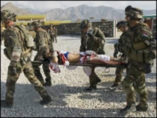 جنود فرنسيون ينقلون احد المصابين