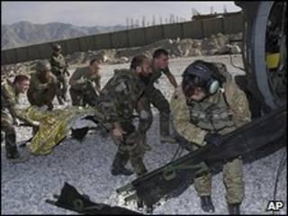 سربازان فرانسوی به زخمی های افغان کمک می کنند
