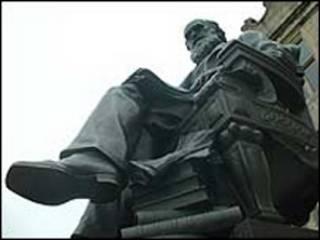 Estatua de Darwin frente a su escuela