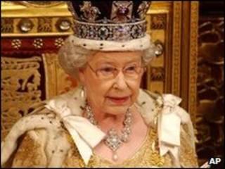 الملكة وهي تلقي خطاب افتتاح الدورة البرلمانية
