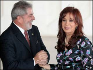 O presidente Luiz Inácio Lula da Silva recebe a presidente da Argentina, Cristina Kirchner, em Brasília