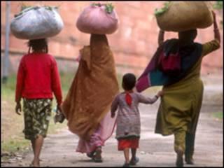 Mujeres cargando alimento en India