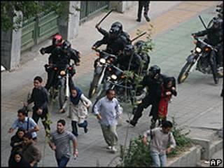 Manifestantes iraníes huyendo de las fuerzas de seguridad