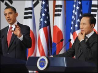 O presidente dos Estados Unidos, Barack Obama, e o sul-coreano, Lee Myung-bak. Foto MANDEL NGAN/AFP/Getty Images