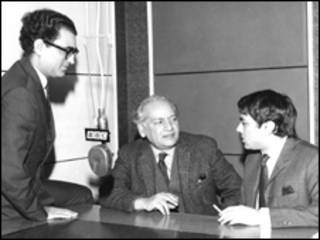 آصف جیلانی فیض احمد فیض اور ضیا محی الدین کے ساتھ بی بی سی سٹوڈیو میں