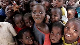 Niños sonríen en Mozambique. Archivo