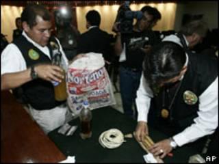 Policía peruana muestra botellas con grasa humana.