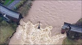 Ponte derrubada pelas águas em Workington