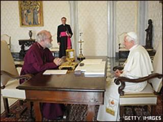 Arzobispo de Canterbury (izquierda) y papa Benedicto (derecha)