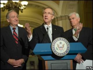 Harry Reid, líder demócrata en el Senado, con los congresistas Chris Dodd y Tom Harkin