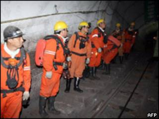 Trabajadores de rescate en la mina