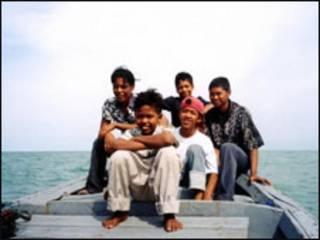 اندونيسيون على قارب قرب سومطرة