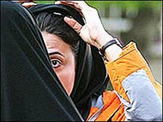 تصویری از برخورد نیروی انتظامی ایران با دختران