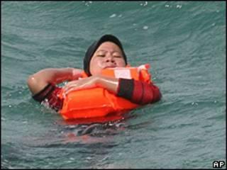 Passageira da balsa espera resgate no mar