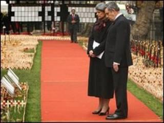 Премьер-министр Великобритании Гордон Браун с женой Сарой на Поле памяти