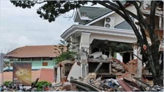 Rumah hancur di Padang