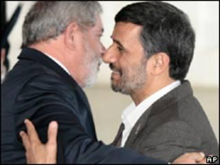 O presidente Luiz Inácio Lula da Silva cumprimenta seu colega iraniano, Mahmoud Ahmadinejad, durante encontro em Brasília (AP, 23 de novembro)