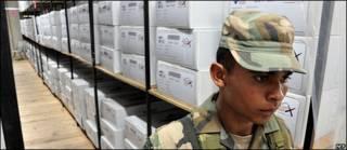 Soldado custodiando urnas en Honduras