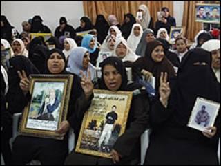نساء فلسطينيات يحملن صور المعتقلين