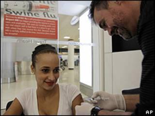 Una mujer recibe una vacuna contra la gripe porcina en Miami, EE.UU..