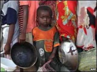صوماليون يقفون في طابور انتظارا للحصول على حصتهم من الغذاء