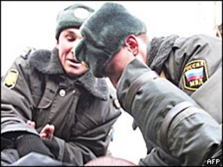 Милиционеры проводят задержание