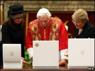 Las presidentas de Argentina, Cristina Fernández de Kirchner, y de Chile, Michelle Bachelet, con el Papa Benedicto XVI