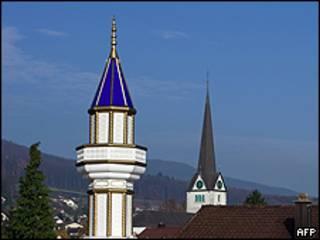 Un minarete y la aguja de una iglesia en Suiza