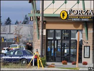Полиция у кафе, где были убиты полицейские