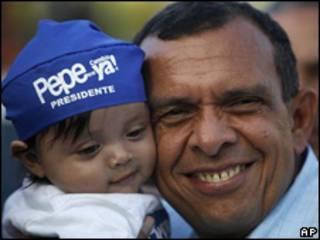 بورفيريو لوبو يحمل طفلا