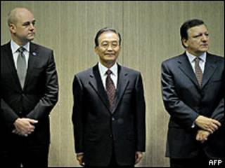 رئيس الوزراء الصيني وين جياباو يتوسط رئيس المفوضية الأوروبية ورئيس الوزراء السويدي