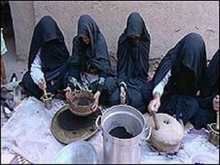 نساء يصنعن القهوة في المغرب