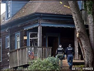 Un equipo de policías buscando al asesino de cuatro agentes en Seattle