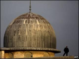 Policía israelí hace guardia en la mezquita  Al Aqsa, en Jerusalén
