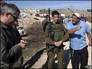 Colono discute com soldado israelense em Kiriat Arba