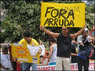 Manifestantes em frente à casa de Arruda em Brasília (Foto: Antonio Cruz/ABr)